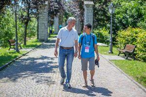 Il sindaco di Esino Lario, Pietro Pensa, con Tran Anh Th, geologo, arrivato dal Vietnam per il convegno (foto Ugo Zamborlini)