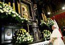 Gmg, il Papa a Czestochowa prega la Madonna Nera e poi inciampa sull'altare