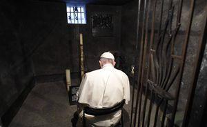 La preghiera silenziosa di papa Francesco ad Auschwitz nella cella di San Massimiliano Kolbe