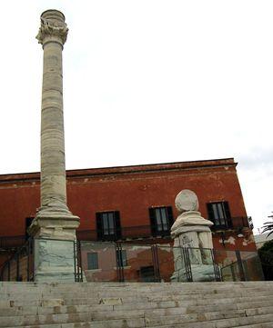 Brindisi: quel che resta delle colonne romane davanti al porto, ala fine della Via Appia.