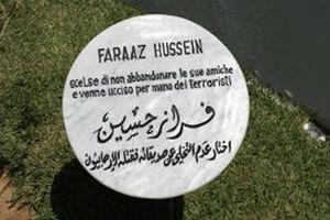 Il cippo dedicato a Faraaz Hussein nel Giardino di Tunisi.