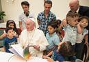 Il Papa pranza con i profughi e nei disegni dei bimbi diventa una farfalla