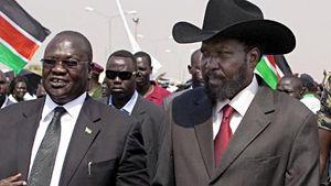 Il Presidente del Sud Sudan Salva Kiir (a destra) e il vicepresidente Riek Machar. In copertina: Una equipe medica del Ccm in azione.