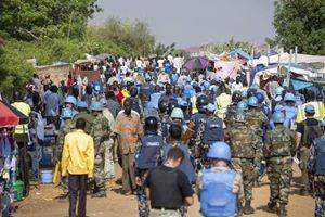 Sfollati sudsudanesi fuggiti dagli scontri da Juba, la capitale.