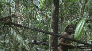 I Kawahiva (Amazzonia) incontattati vivono in fuga da anni (immagine da un incontro fortuito con funzionari governativi). © FUNAI