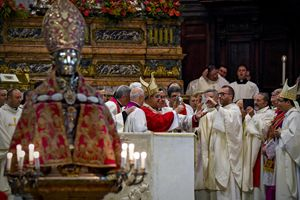 19 settembre 2016: in primo piano l'antico busto di San Gennaro nel Duomo di Napoli e il cardinale Crescenzio Sepe espone alla venerazione dei fedeli l'ampolla del sangue (foto Ansa)