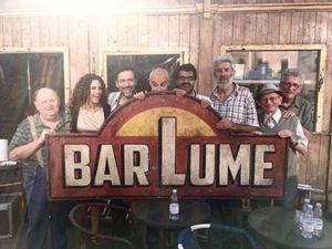 """Marco Malvaldi (al centro) con il cast della serie Sky """"I delitti del BarLume"""" andata in onda nel 2013 con Filippo Timi"""