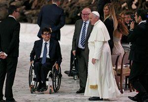 """Papa Francesco incontra Luca Pancalli, presidente del Comitato italiano paralimpico e gli atleti nell'Incontro """"Believe o be alive"""" (Foto Ansa)"""