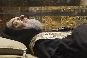 Il corpo di San Pio custodito nella cripta del Santuario a lui dedicato a San Giovanni Rotondo (foto Cosmo Laera)