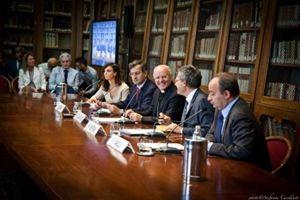 La presentazione dei palinsesti a Milano con, da sinistra, Lorenzo Serra, mons. Nunzio Galantino, Paolo Ruffini e il rettore dell'Università Cattolica Franco Anelli