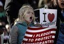 Bimbi, donne velate, giovani: i mille volti della protesta contro Trump