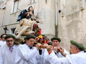 La processione dei Dolori di Maria Santissima addolorata, una processione che si svolge a Nocera Terinese, in provincia di Catanzaro (foto Ansa)
