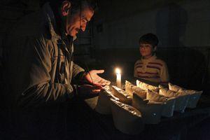 Un mercatino notturno nel cuore di Aleppo. Gennaio, foto Reuters.