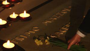 Oskar Tänzer depone un fiore sulla tomba di don Primo Mazzolari nella chiesa parrocchiale di Bozzolo