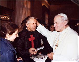 Fratel Ettore con Giovanni Paolo II