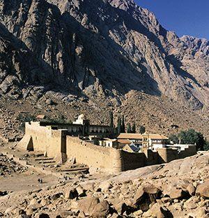Il monastero di santa Caterina sul Sinai, sorto nel VI secolo sul luogo dove, secondo la leggenda, il corpo della martire fu portato dagli angeli.