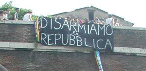 Una manifestazione pacifista, a Roma. In copertina: un'immagine emblematica dell'obiezione di coscienza. Foto: archivio Famiglia Cristiana/(Mauro Vallinotto.