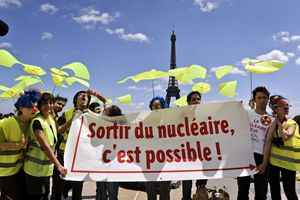 Una manifestazione contro le armi nucleari a Parigi. Foto Ansa.