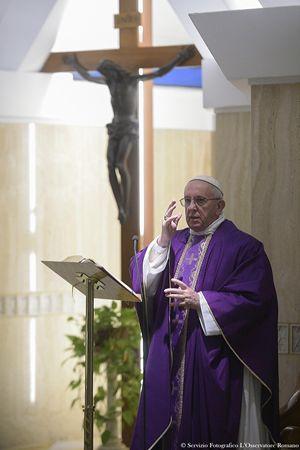 Papa Francesco durante la Messa celebrata di buon mattino a Santa Marta. Tutte le fotografie di questo servizio sono dell'agenzia Ansa.