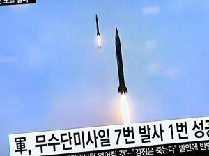 Lancio di mkissili nella pensiola coreana. In alto: missili di lunga gittata cinese sfilano a Pechino. In copertina: una sfilata a Pyongyang, la capitale della Corea del Nord. Tutte le fotografie di questo servizio sono dell'agenzia Reuters.