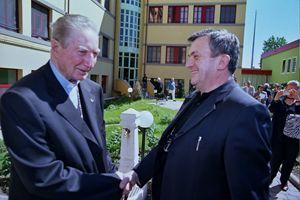 Maggio 2005: il cardinale Martini in visita alla Casa della Carità saluta don Virginio Colmegna