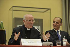 Mons. Nunzio Galantino, segretario generale della Cei, e Raffaele Borriello, direttore generale Ismea