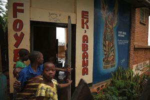 Marveille con altre ospiti di Ek'abana davanti all'ingresso della comunità (foto di Francesco Cavalli).