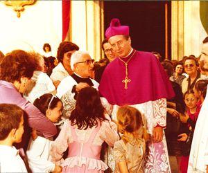 Il cardinale Martini durante una visita pastorale nel 1982