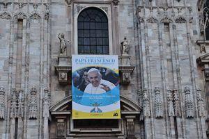 Il manifesto della visita sulla facciata del Duomo