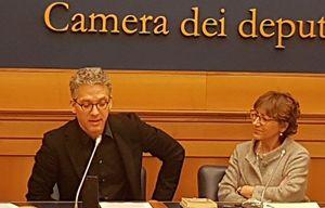 Beppe Fiorello con l'on. Milena Santerini. In copertina, sempre durante la conferenza stampa, insieme anche a Giovanni Maria Bellu, Vittorio Piscitelli, Cristina Cattaneo.