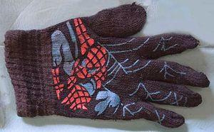 Il guanto di Spiderman, appartenuto a una piccolissima vittima rimasta senza nome.