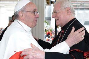 Papa Francesco con il cardinale di Milano Angelo Scola