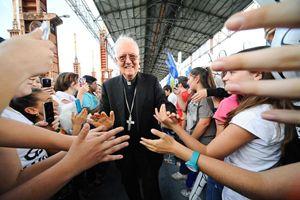 L'arcivescovo di Torino, monsignor Cesare Nosiglia, con i giovani. Foto d'archivio de La Voce del Tempo.