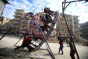 Aleppo vuol tornare a vivere. Foto Reuters. In alto: Nour (foto Fondazione Giovanni Paolo II)