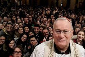 Il cardinale Gualtiero Bassetti e i giovani della diocesi di Perugia in una foto d'archivio.