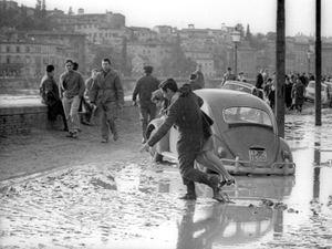 Un'immagine del Lungarno durante l'alluvione di Firenze nel 1966 (foto Ansa)
