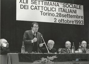 Romano Prodi interviene durante i lavori della 42a Settimana sociale dei cattolici italiani a Torino, nell'autunno 1993. Foto de La Voce e il tempo.