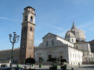 Torino: il Duomo di San Giovanni Battista. Sullo sfondo la Cappella della Sindone.