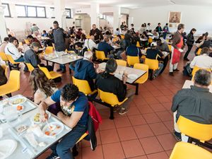 La mensa dell'Opera San Francesco (Osf) di corso Concordia a Milano. In media Osf distribuisce 2.397 pasti al giorno. Foto di Isabella Balena