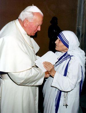 Madre Teresa con Giovanni Paolo II. Erano molto legati ed entrambi sono stati proclamati santi pochi anni dopo la loro morte