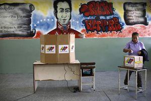 Un seggio elettorale a Caracas (foto Reuters).