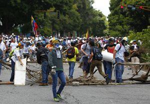 Scontri a Caracas durante le elezioni (foto Reuters).