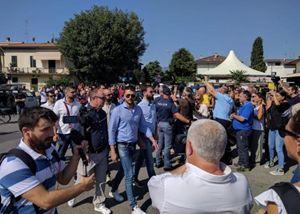 L'arrivo di alcuni militanti di Forza nuova per la messa di don Massimo Biancaloni, contestati duramente dai fedeli. Il parroco li ha accolti, limitandosi a chiedere loro un comportamento rispettoso in chiesa.