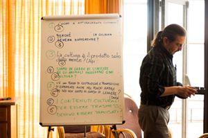 Eugene Echeverria al termine di una sessione di P4C ad Acuto. In alto: durante una lezione. Entrambe le foto sono di Emanuela Meloni (www.emanuelameloni.com).