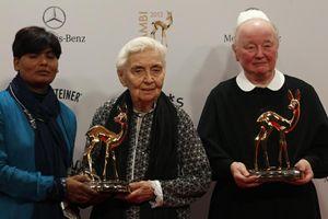 Suor Ruth isnieme con suor Edith e Almas (collaboratrice di Pfau) posano con il premio Bambi  durante una cerimonia a Duesseldorf. Ogni anno veine tributato a personaggi celebri di tutto il mondo che si sono distinti nello sport, nella letteratura e nella politicaa Fassbender (GERMANY)