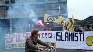 Una manifestazione degli Identitari a Bergamo. In copertina: Mario Borghezio a una convention del gruppo di estrema destra.