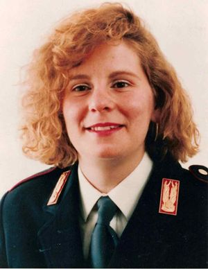 Emanuela Loi. In alto: Greta Scarano che interpreta la poliziotta.