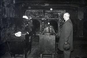 Francesco Gajowniczek nella stanza del forno di Auschwitz dove venne cremato padre Kolbe.