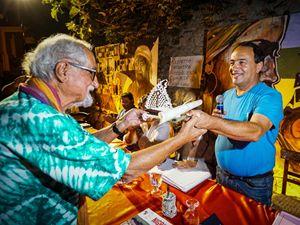 Mimmo Lucano consegna a padre Alex Zanotelli, già missionario in Kenya e attualmente operante nel quartiere Sanità di Napoli, la cittadinanza onoraria di Riace (foto in quest'articolo: Ansa)