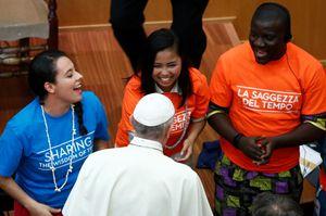 Un momento dell'incontro del Papa con alcuni giovani e anziani